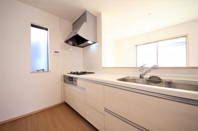 2号棟 窓付きの明るいキッチン 床下収納有 二面採光の明るいLDK