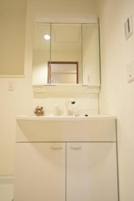 使いやすい3面鏡洗面台