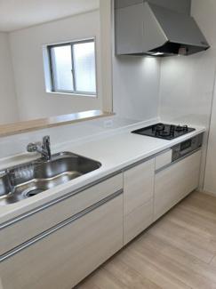 シンクが広めのシステムキッチンでキッチン下も調理器具が収納できるスペースがあるので、片付けもしやすいです。吊戸棚がないことで圧迫感がないです。