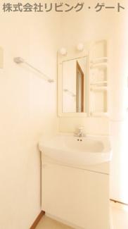 独立洗面台。棚が付いているので歯ブラシなども置けます。