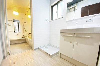 洗面化粧台はワイドで収納たっぷり!三面鏡の裏側も収納になっているので小物がスッキリ片付きます。