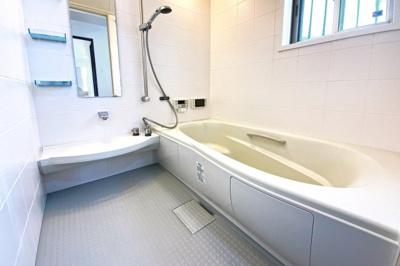 浴室暖房乾燥機付きのお風呂で、洗濯物がいつでも乾かせます。寒い季節には暖房機能で室内を暖めてからはいれます。