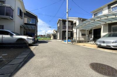 コンビニや郵便局が徒歩約3分以内にあり便利!小学校が徒歩2分にあり子育て環境も充実しています。