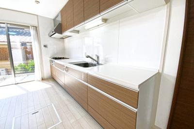 キッチンは明るい南側にあり、外には小スペースがあり便利です。収納たっぷりのシステムキッチンで食事の支度も楽しく作れます。