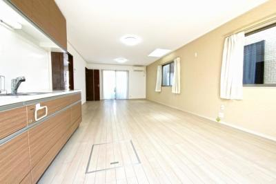 LDKは三面採光で明るく広々としています。天窓もあり開放的な家族が集まる快適空間です。