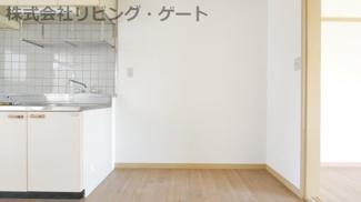 キッチンの横に冷蔵庫を電子レンジ等も置けるスペースがあります。