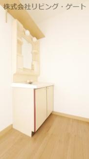 独立洗面台。鏡の横に棚があるので歯ブラシなども置けます!