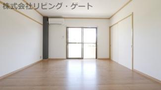 洋室8帖です!家具などが配置しやすい正方形です!