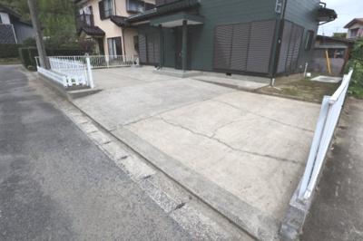 駐車場は出入口が広く、入れやすいです!3~4台くらいは駐車ができそうです!