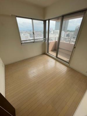 こちらの洋室はバルコニーに面しておりますので、お部屋から直接バルコニーへの出入りも可能です。