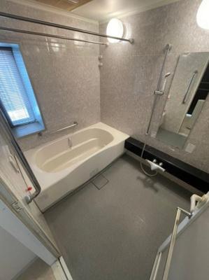 浴室は乾燥機などすべて装備されており、マンションには珍しく浴室にも窓がございます。