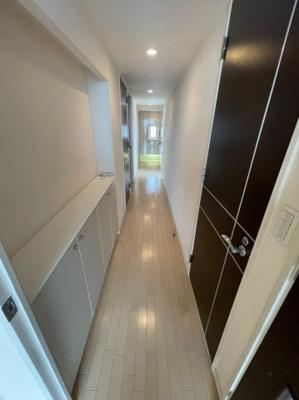 玄関からリビングへと一直線に続く廊下です、各居室への出入りもスッキリしております。
