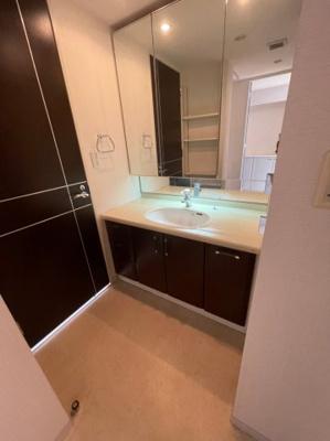 洗面所から廊下やお部屋へ出入りも出来ますので、毎日の動線も非常に生活し易いです。