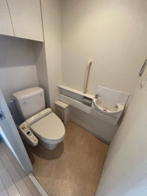 手洗い付きのトイレです、備え付けの収納棚もございます。