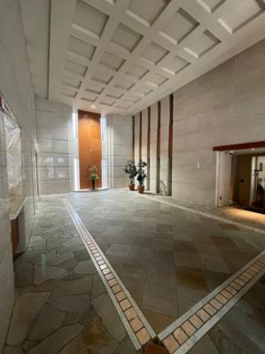 エントランス部分はまるで高級ホテルかのような造りになっております。