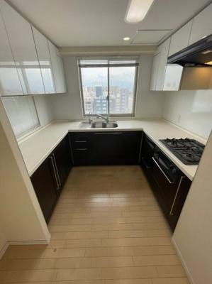 キッチンは食洗器付きのU字型キッチンとなっておりますので、収納力・実用性ともにバツグンです。