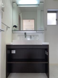 足元収納しやすい洗面台です