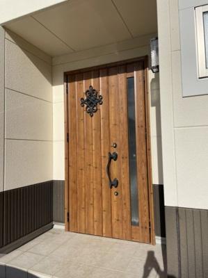 広い間口の玄関扉 大きな荷物の搬入も可能です。