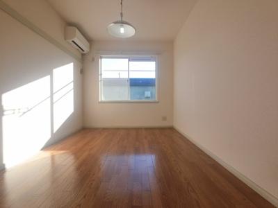 日当たり良好なお部屋に白い壁紙が映えます。