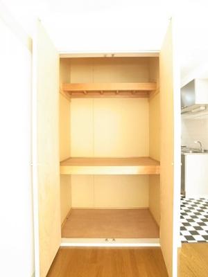 3段に分かれている使い勝手の良い収納スペースです。