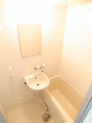 鏡と洗面台付きのお部屋です。