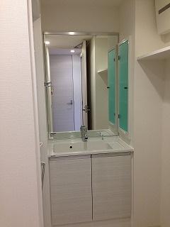 白が基調のおしゃれな独立洗面台