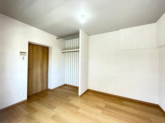 4.8帖の洋室。各部屋にはクローゼットを完備しています!収納が多いお家はすっきりして快適空間です♪