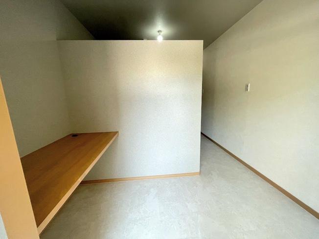バルコニーに通じている家事スペース。洗濯物をたたんだりアイロンをかけたりするのに最適の高さにカウンターが取り付けられています