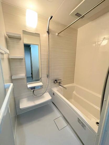 浴室乾燥機付きの浴室で雨の日や花粉症対策にも役立ちます。暖房機能付きでヒートショック対策にもなりますね