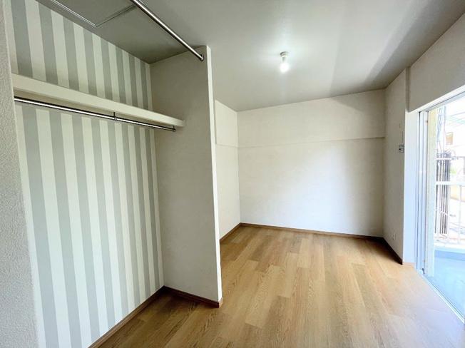 5.8帖の洋室。クローゼット部分はデザインクロスを使用しており、部屋の雰囲気にメリハリが出て明るい空間になっています♪