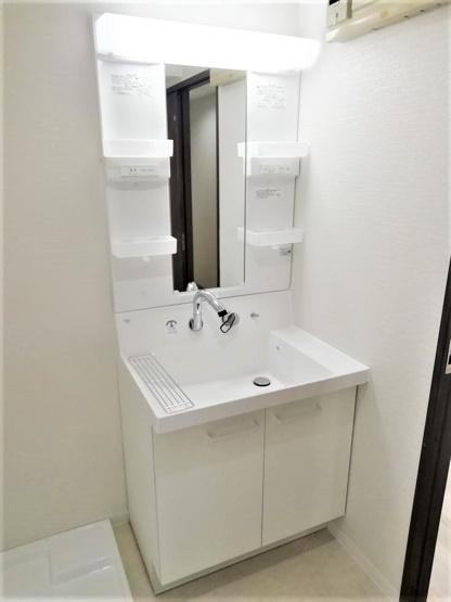 洗面台は、蛇口が壁についている最新タイプ。水が飛び散りにくくお掃除も楽々なんです