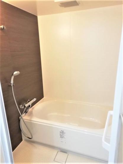 浴室の壁は温かみのあるブラウンをチョイス。ほっとする空間で一日の疲れをいやすことができます