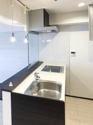 キッチン3帖。照明もお洒落です。 LD・和室を見渡せる開放的なキッチンです。