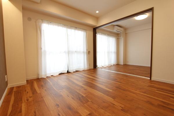 リビング横西側の6.0帖の洋室。