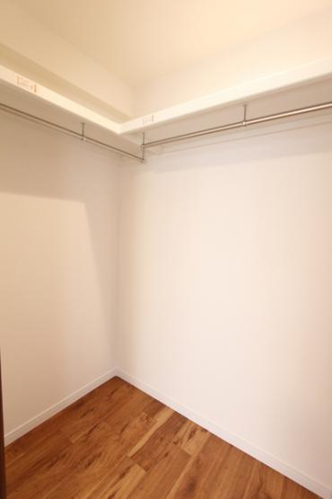 リビング横西側の6.0帖の洋室のウォークインクローゼット。