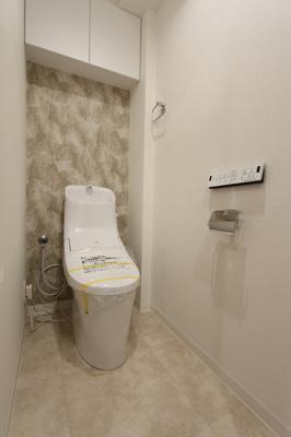 トイレにも収納棚が備わっていて、お掃除道具やトイレットペーパーなどすっきり収納いただけます!