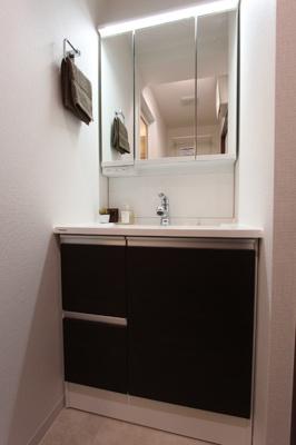 独立洗面台は三面鏡になっており、内側が収納になっています。 くもりシャットミラーです!!