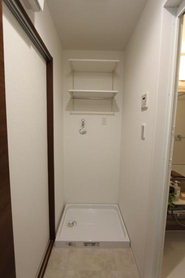 洗剤類もすっきり収納可能な備え付けの棚がうれしいですね!
