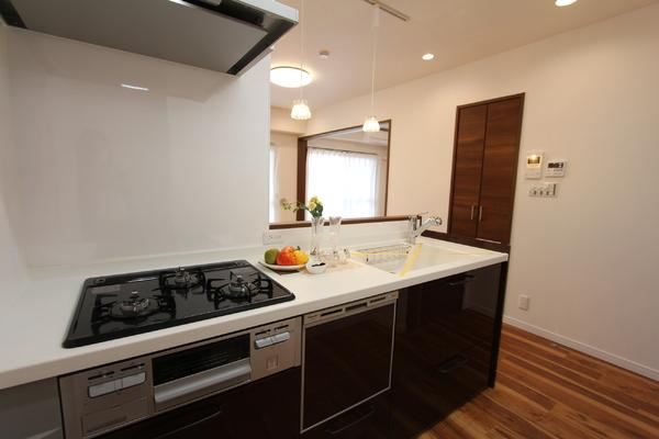 食洗機付きシステムキッチン(Panasonic) 3口コンロとグリルでお料理好きの方にもピッタリです!