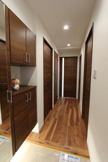 トールサイズのシューズボックスには姿見付きです。 収納力があり、散らかりがちな玄関もすっきりしますね!