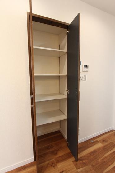 玄関横廊下の収納です。 可動棚でお掃除道具などもすっきり収納可能!
