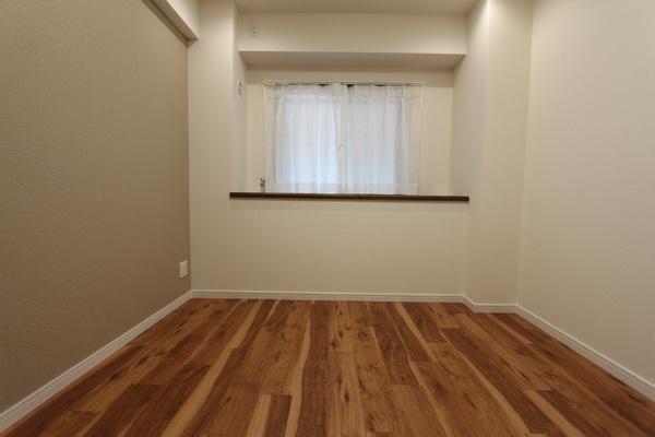 北東側5.3帖の洋室。アクセントクロスで落ち着いた空間に。