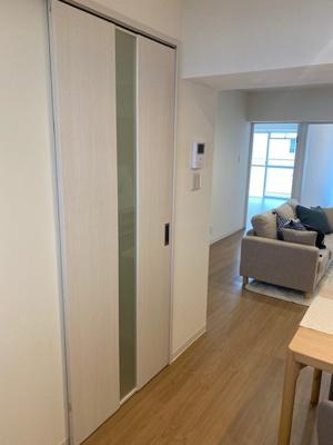 LDKの入り口は引き戸になっていますので、家具の配置の邪魔にならず、食器棚や冷蔵庫も置く事ができます。