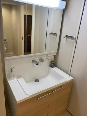 新調し立ての収納付き三面鏡洗面台です。 毎日使う化粧水や整髪料等もスッキリ収納でき朝の身支度もスムーズです。