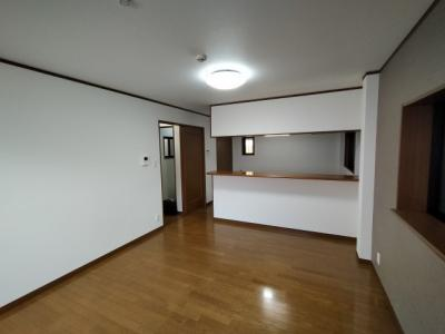 LDK(約17帖):広々としたキッチンカウンターのあるLDKです。 全室クロス貼り換えていますので、大変綺麗です。