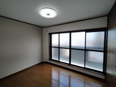 3階(洋室約5.75帖):東向きバルコニーからの採光がたっぷり入り、朝日で気持ち良く目覚める事の出来るお部屋ですね♪