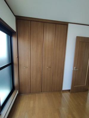 3階(洋室約5.75帖):こちらのお部屋にはクローゼット収納がございます。