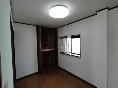3階洋室(5.0帖):こちらのお部屋には北向の窓とクローゼットがございます。