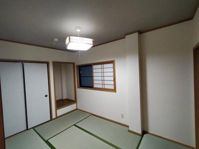 1階和室(6.0帖):障子や床の間のある雰囲気のある和室です。 畳は表替えしており綺麗ですよ♪布団の収納にも便利な押入がございます。
