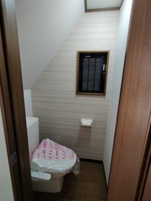 1階のトイレです。温水洗浄便座は新品に交換済!!窓があるのも嬉しいですね♪